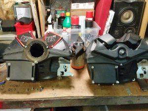 Links die aufgeschnittere Airbox mit MWR Kit, rechts Original